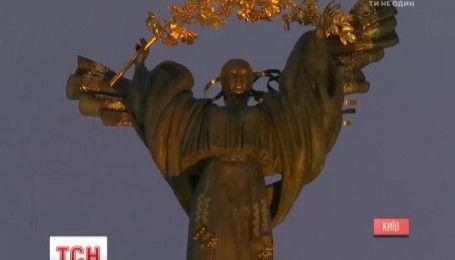 Монумент Независимости в Киеве подсветили оранжевым светом