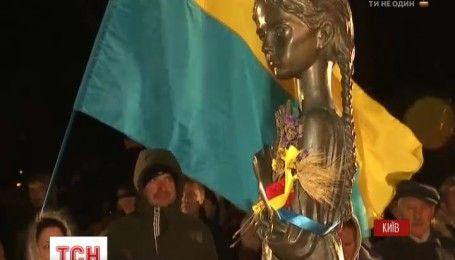 Тысячи киевлян пришли к мемориалу жертв Голодомору, чтобы почтить память невинно погибших