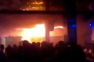 Очевидцы опубликовали новое видео из помещения охваченного огнем львовского клуба