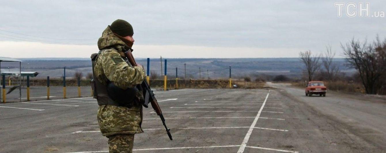 """Бойовики обстріляли КПВВ """"Майорське"""" на Донбасі: жертв вдалося уникнути"""
