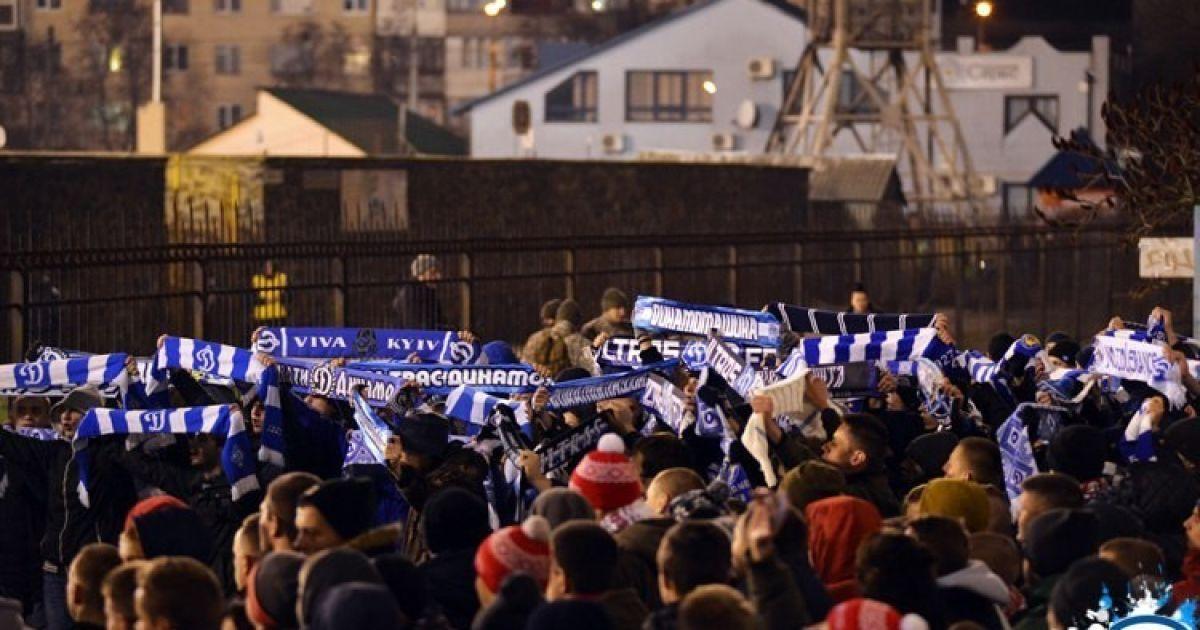 """Ультрас """"Динамо"""" у Луцьку вболівали під парканом """"Авангарду"""", бо матч був закритим для глядачів. @ wbc.kiev.ua"""