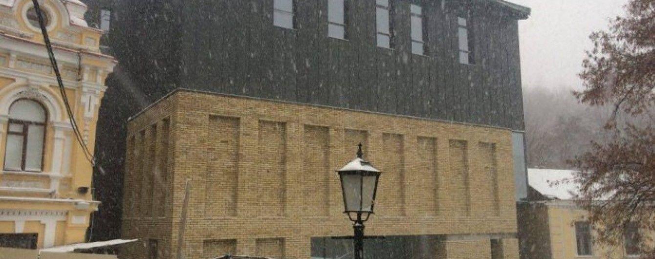 На Андріївському узвозі показали фасад скандальної будівлі Театру на Подолі