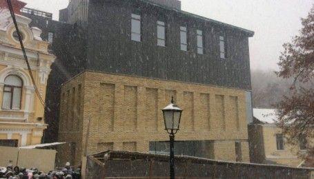 На Андреевском спуске показали фасад скандального здания Театра на Подоле