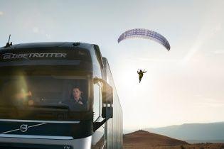 Грузовик Volvo FH прокатил парапланериста (Видео)