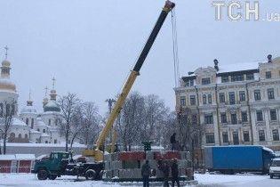 На Софийской площади начали монтировать постамент для главной елки страны