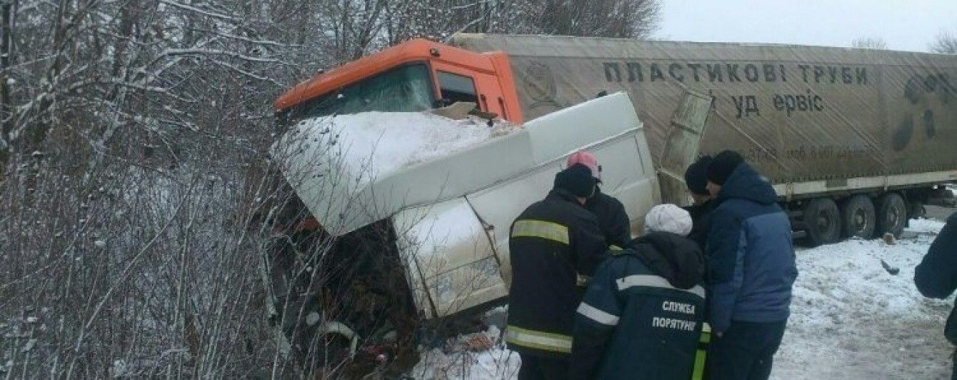Смертельна ДТП на Хмельниччині: вантажівка не розминулася з мікроавтобусом