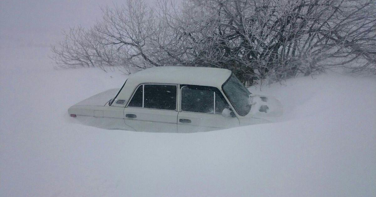 Авто у снігу на горі Ай-Петрі в Криму