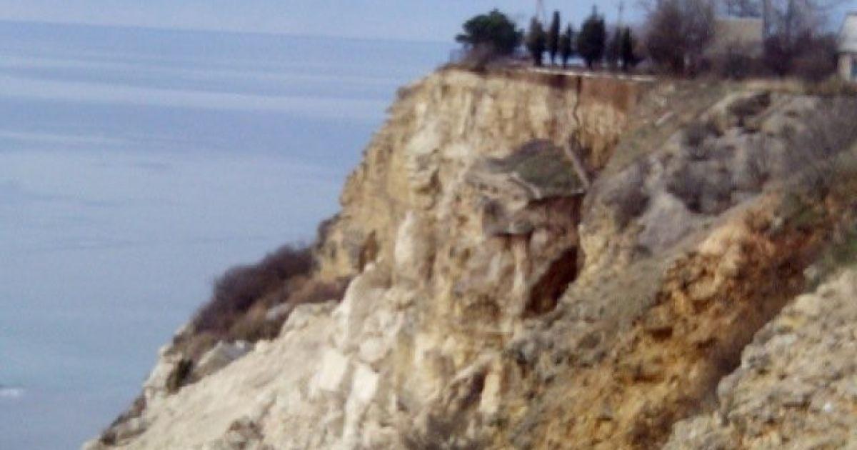 На мисі Фіолент у Севастополі в море сповзла частина берега з дорогою