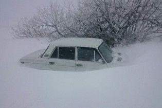 Непогода в Крыму: деревья давили легковушки, в море обвалилась дорога, в горах снегом замело машины