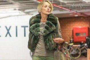 В мехах и шлепанцах: Шерон Стоун сходила на педикюр