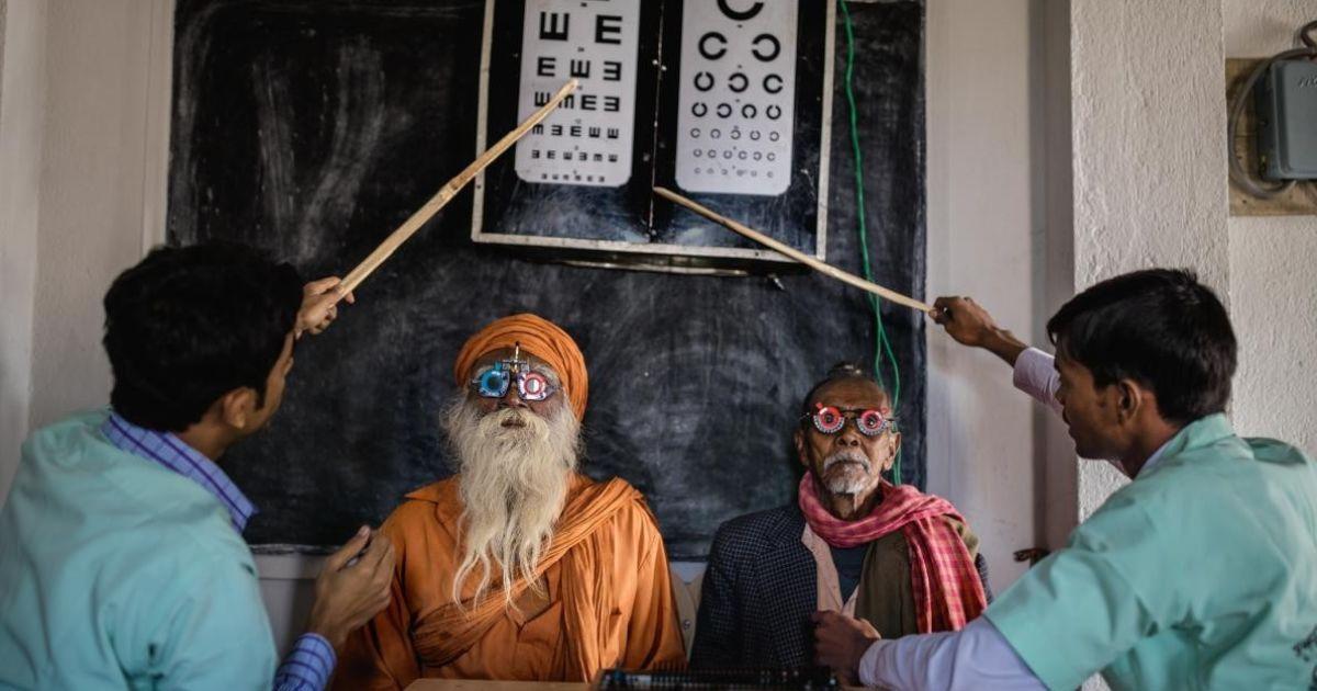 Працівники офтальмологічної клініки використовують спеціальні лінзи для очей в Індії у регіоні Сундарбанс. Їхня мета – зменшити сліпе населення Індії, яке становить понад вісім мільйонів осіб @ national geographic