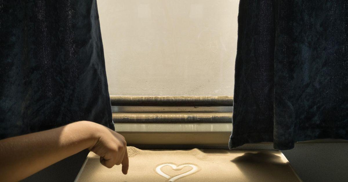 Коли потяг прибуває до кінцевої на Кашгар, дівчинка малює серце на піску пустелі @ national geographic