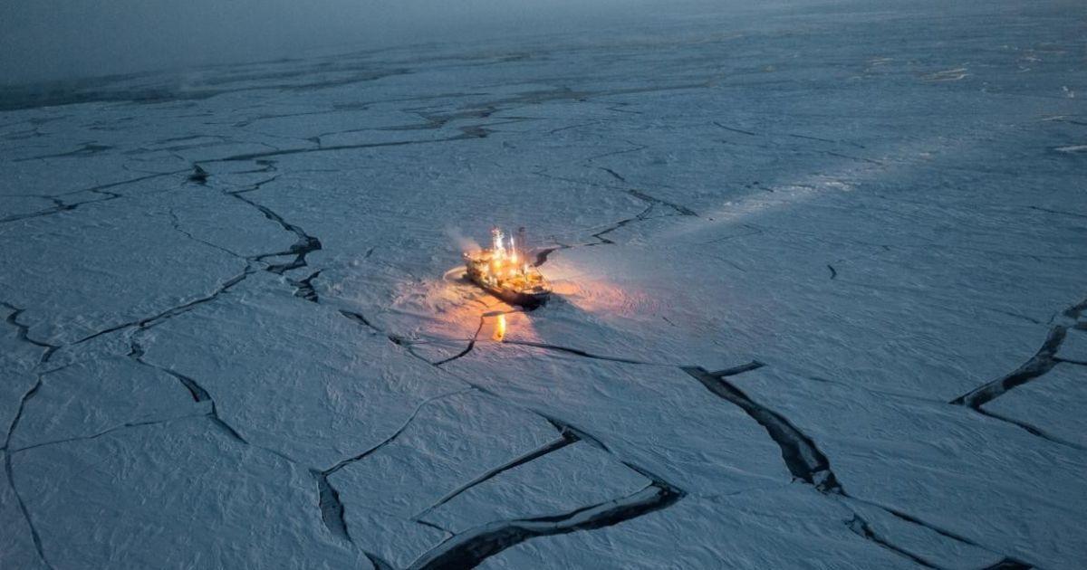 Для того, щоб відстежувати зміни в морському льоді, Норвезьке науково-дослідне судно Ленс дрейфувало протягом п'яти місяців @ national geographic