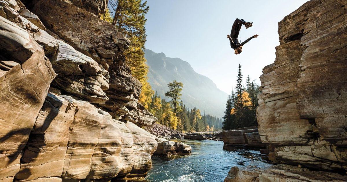 Стівен Донован стрибає у басейн, взявши сезонну роботу в Національному парку Glacier, щоб відточити свої навички фотографії @ national geographic