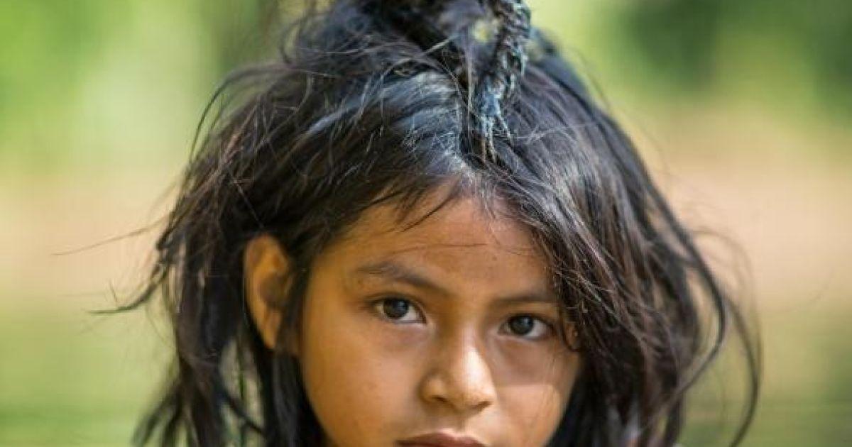 Маленьке мавпеня сидить на голові дівчини, яка купається в річці Йомібато у Перу @ national geographic