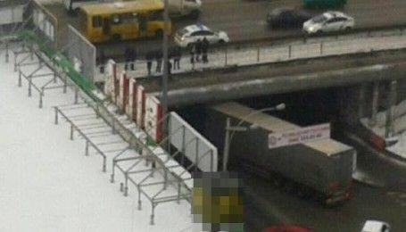 В Киеве пьяный мужчина собирался спрыгнуть с моста и сообщил о воображаемой гранате