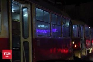 На Подолі подвійна ДТП з постраждалими паралізувала рух трамваїв
