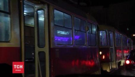 На Подоле двойное ДТП с пострадавшими парализовало движение трамваев