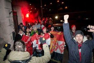 """Відібрані у москвичів банери й вибухи петард. В Одесі відбулися сутички із фанами """"МанЮнайтед"""""""