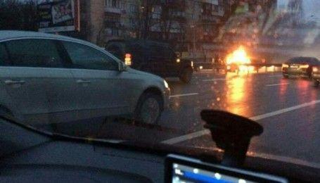 В Киеве возле одной из станций метро вспыхнуло авто, оживленный проспект сковали пробки