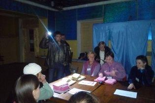 На Днепропетровщине голоса на УИК считают с фонариками
