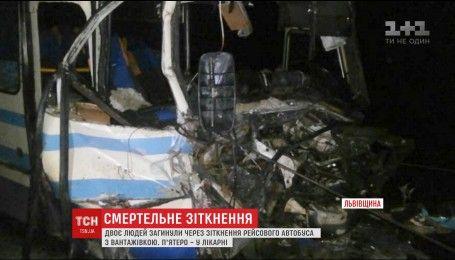 На Львівщині пасажирський автобус в'їхав у причіп вантажівки, є загиблі
