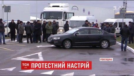 Пенсионеры МВД устроили протест на трассе Киев-Чоп в Ровенской области