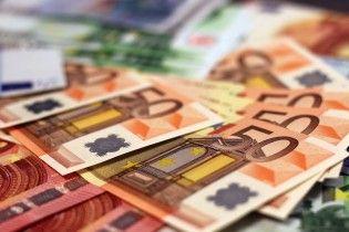 Доллар и евро продолжают дешеветь в курсах Нацбанка. Инфографика