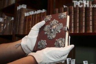 Книга с серебряным черепом: в Лондоне за бешеные деньги продали уникальное издание от Джоан Роулинг