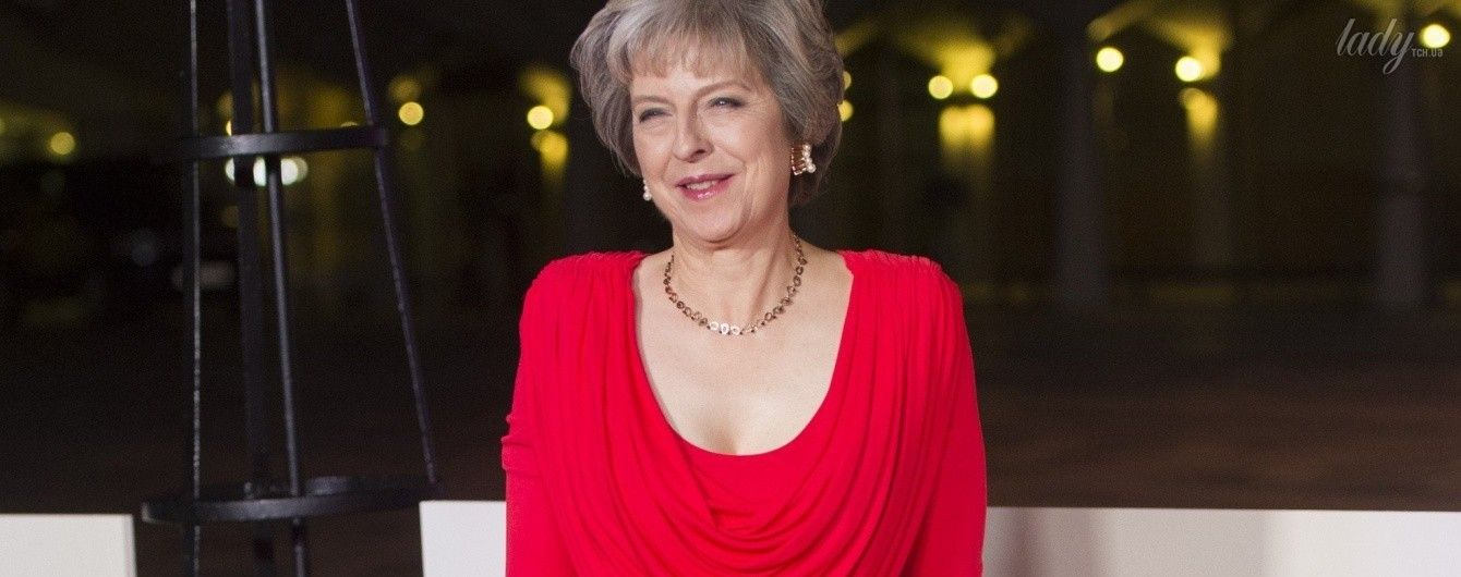 Выглядит роскошно: Тереза Мэй надела красное платье с глубоким декольте