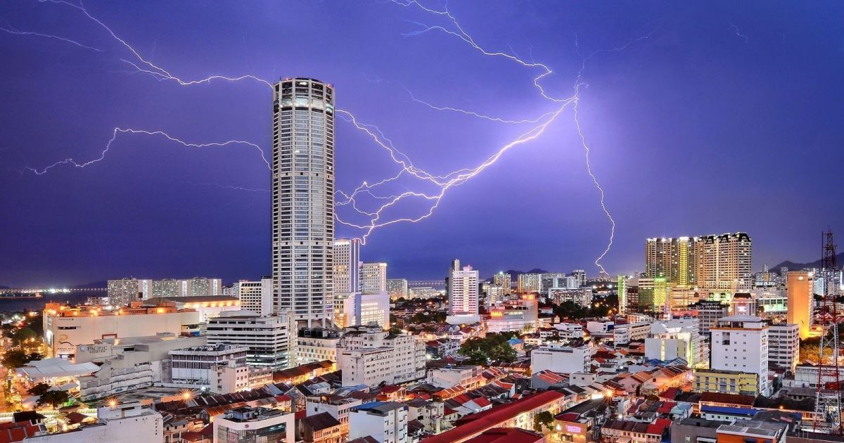 """3-е место, номинация """"Города"""", Молния ударяет в башню, наиболее знаковой достопримечательности в Джорджтауне, столице Пенанга государства в Малайзии, во время грозы."""