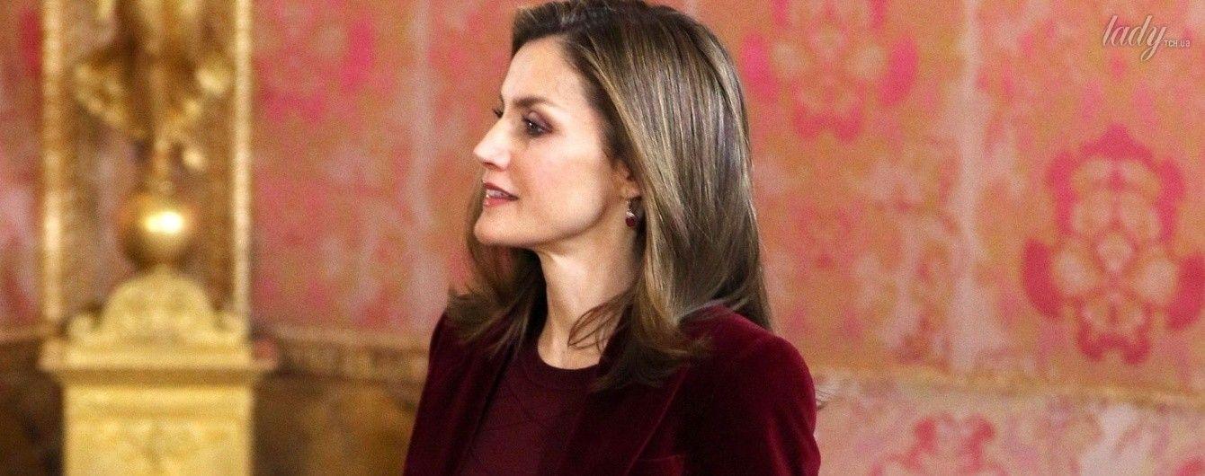 Как всегда, безупречна: королева Летиция в элегантном наряде посетила деловую встречу