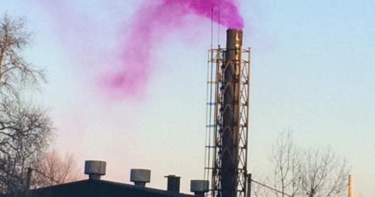 """Із труби певний час виходив """"рожевий дим"""" @ Olga Razkevych/Facebook"""