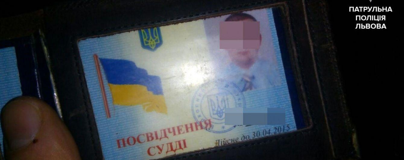 На Львівщині п'яний суддя заснув за кермом на світлофорі