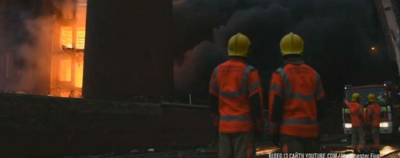 У британському Манчестері більше доби намагаються загасити пожежу на текстильній фабриці