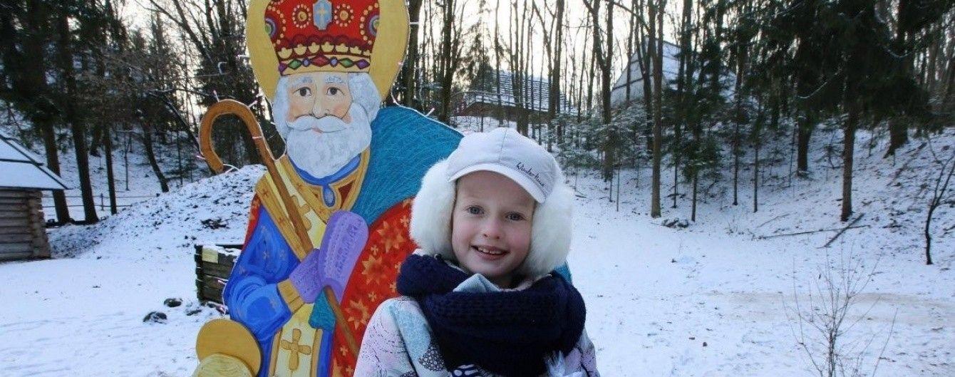 Християни відзначають День Святого Миколая. В Україні запалять новорічні ялинки
