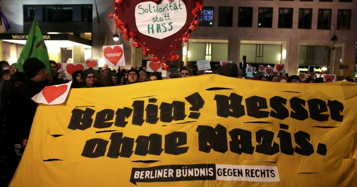 демонстранти, що протестують проти правого крила