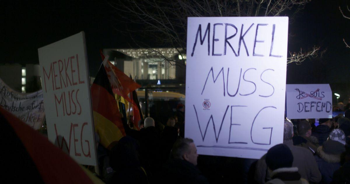 """Плакат із надписом """"Меркель має піти"""""""