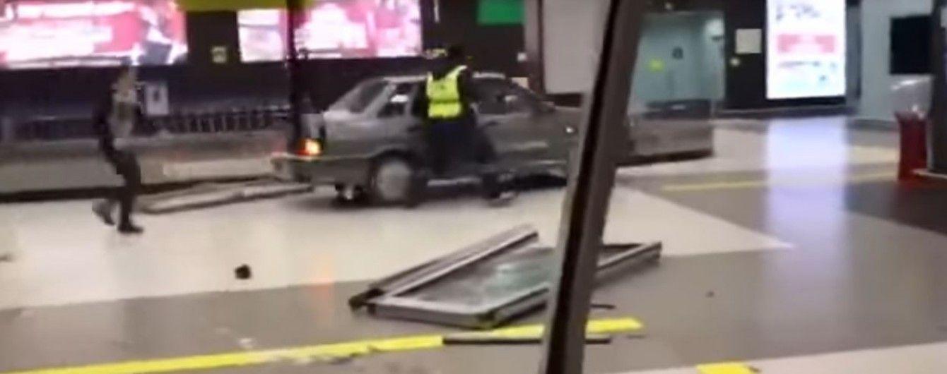 У РФ п'яний екс-силовик заїхав у будівлю аеропорту та розніс кафе