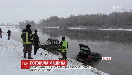 Рятувальники Чернігова підняли з дна Десни затонуле авто