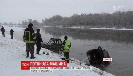 У Чернігові рятувальники знайшли у затонулому авто тіло чоловіка