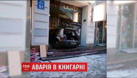 В центре Харькова машина влетела в витрину магазина