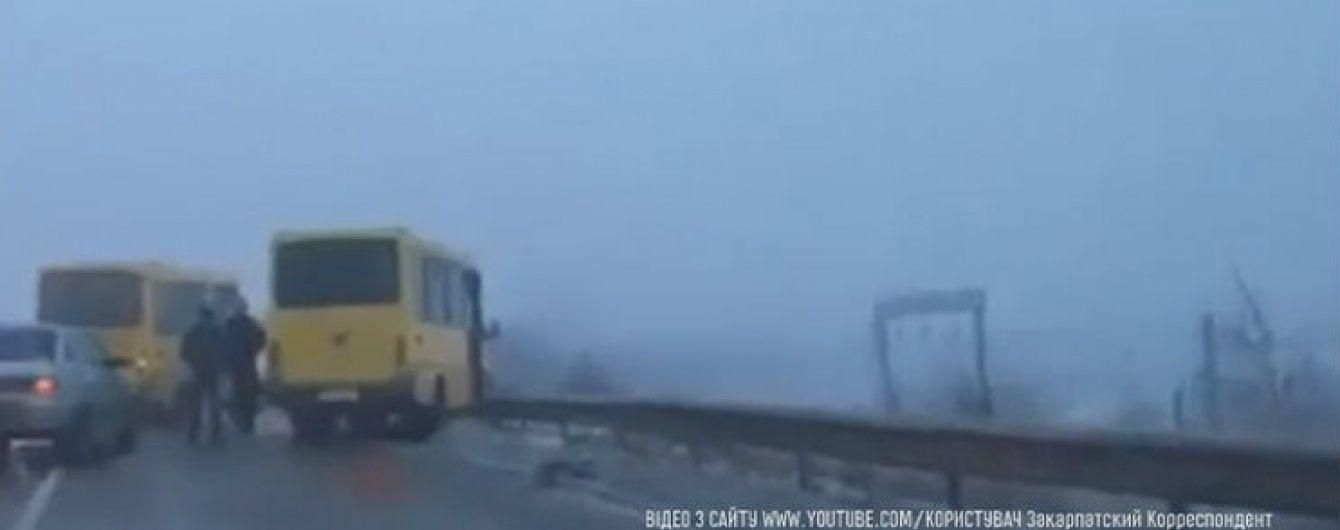 Поблизу Ужгорода маршрутка з пасажирами ледь не звалилась з мосту