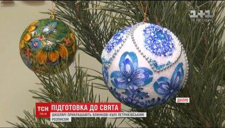 Школьники Днепра рассказали о традиции раскрашивания елочных украшений в национальном стиле