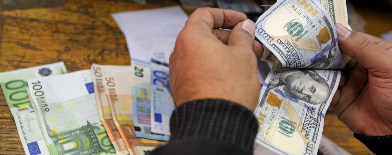 Долар здешевшав, а євро здорожчав у курсах Нацбанку на 12 червня. Інфографіка
