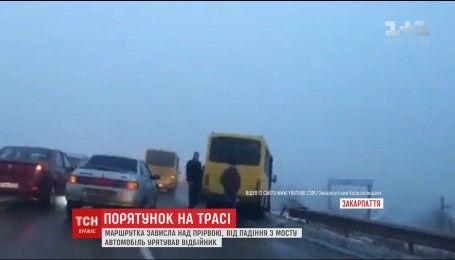 На Закарпатье маршрутка в результате ДТП едва не слетела в пропасть