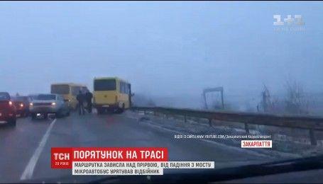 Вблизи Ужгорода маршрутка зависла над пропастью