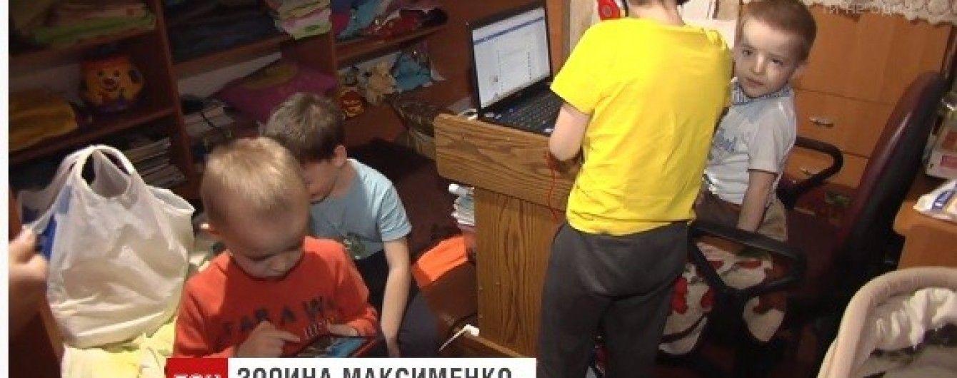 Сплять валетом, їдять на ліжку: у Києві родина з шістьма дітьми живе у кімнаті площею 18 квадратів
