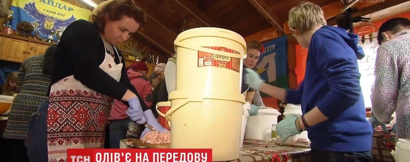 Кияни нарізали 2,5 тонни олів'є для новорічних столів на передовій АТО