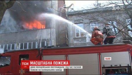 """У Львові рятувальники цілий день гасять пожежу в колишньому заводі """"Електрон"""""""